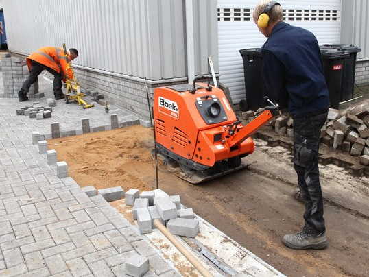 Plate compactor, with compaction indicator