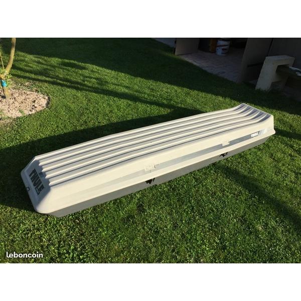 Ski box on roof bars
